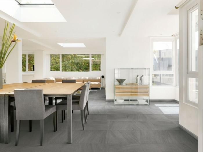 innendesign offener wohnplan weiße wandfarbe graue bodenfliesen