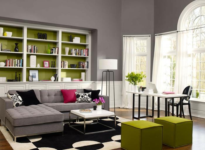 innendesign wohnzimmer grüne hocker offene regale stehlampe
