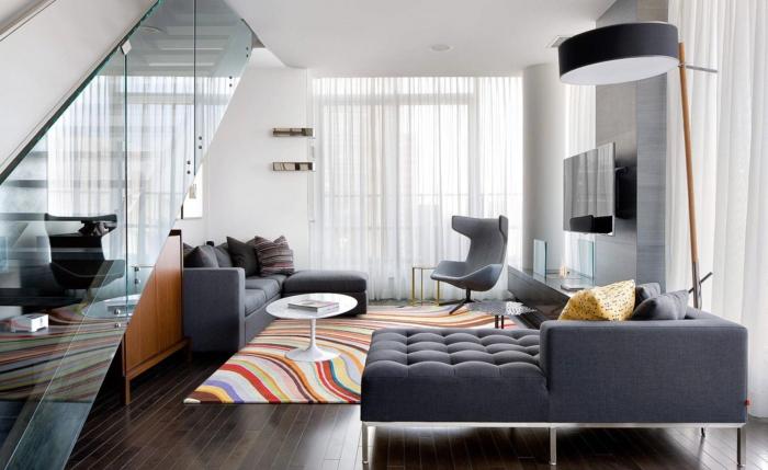 innendesign wohnzimmer graue wohnzimmermöbel farbiger teppich dunkler boden
