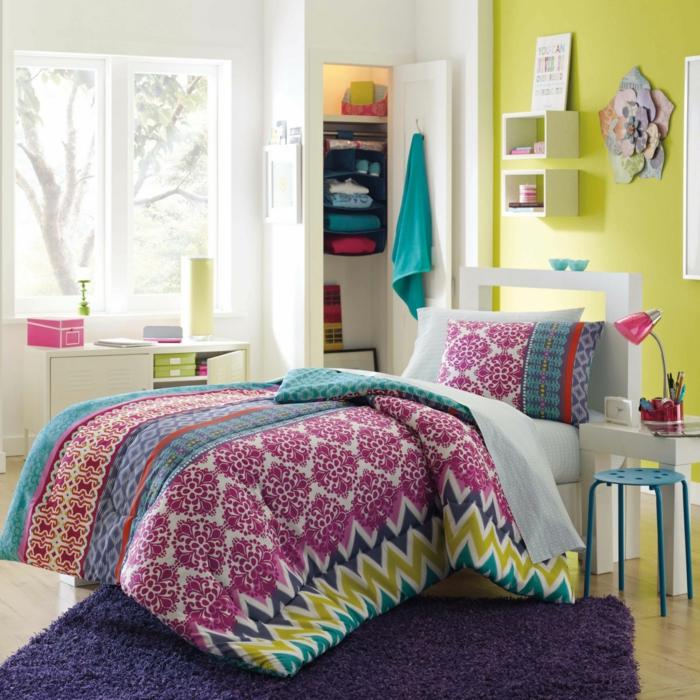 jugendzimmer einrichten lila teppich grüne wandfarbe farbige bettwäsche