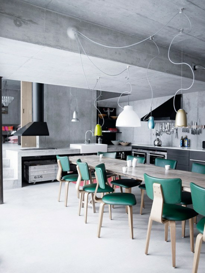 küchendesign ideen industrieller stil pendelleuchten grüne küchenstühle