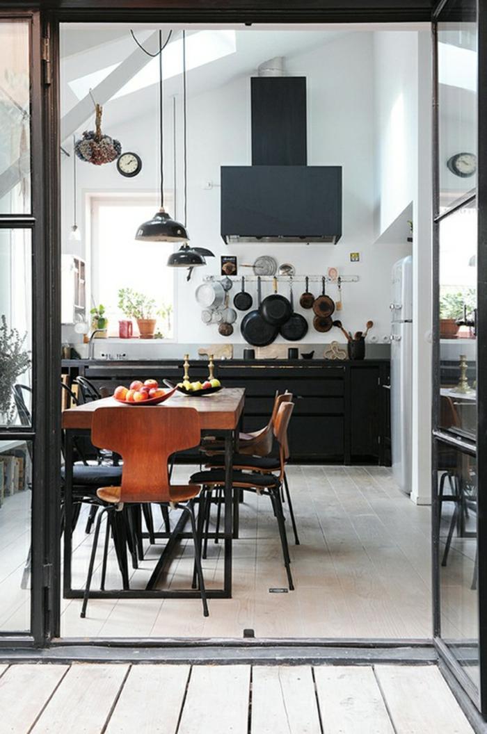 küchendesign industrieller stil pendelleuchten geschirr holzboden