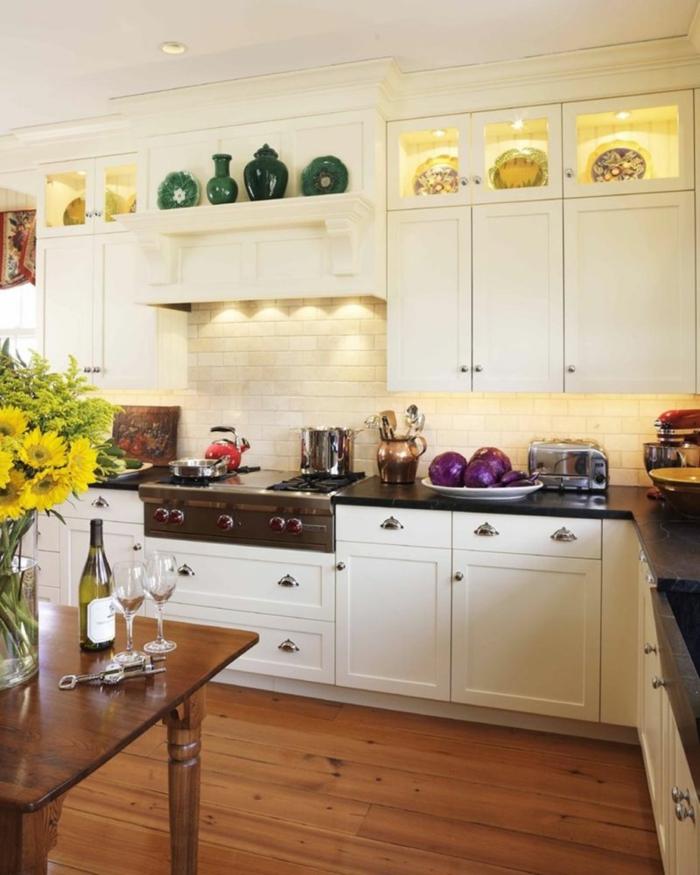 küchendesign weiße küchenschränke regale blumen