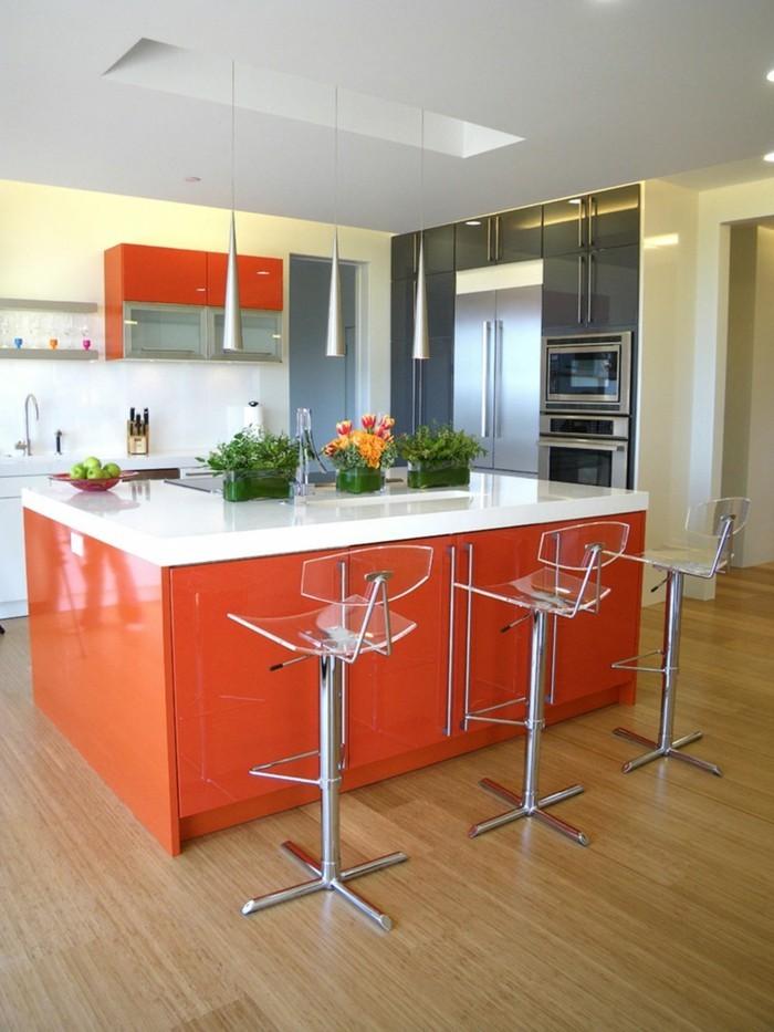 küchenstühle für die kücheninsel heller bodenbelag und orange möbel