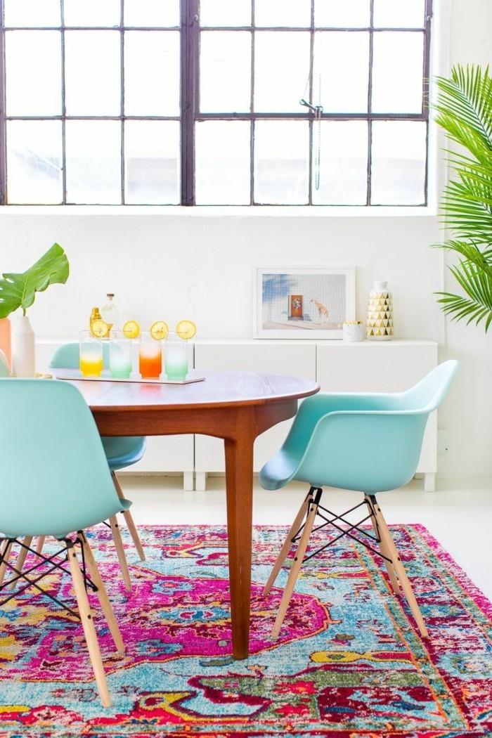 küchenstühle in frischen farbtönen und farbiger teppich