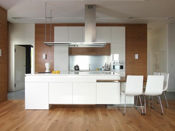 küchenstühle in weiß schöner farbkontast zwischen möbel und bodenbelag