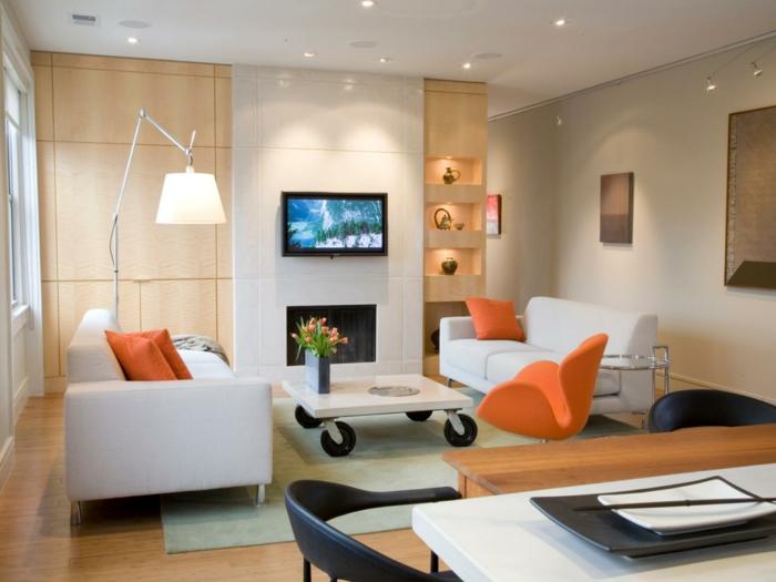 kleines zimmer einrichten gemütliches wohnzimmer weiße sofas orange akzente