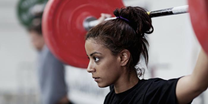 krafttraining übungen junge frau gewichte