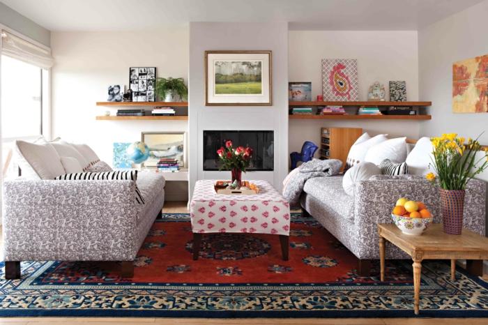 landhausstil möbel sofas farbiger teppich offene wandregale