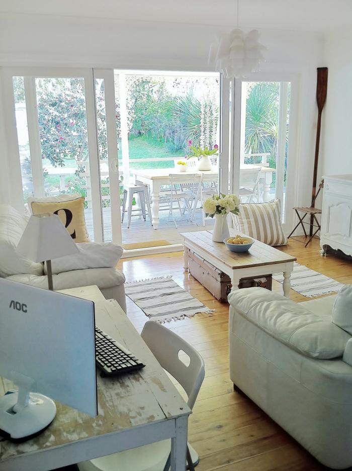 landhausstil wohnzimmer dielenboden rustikaler couchtisch teppichläufer