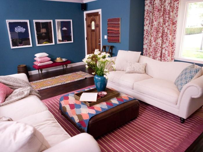 landhausstil wohnzimmer einrichten streifenteppich blaue wand
