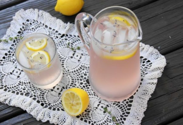 limonade-selber-machen-eiswürfel-lavendel
