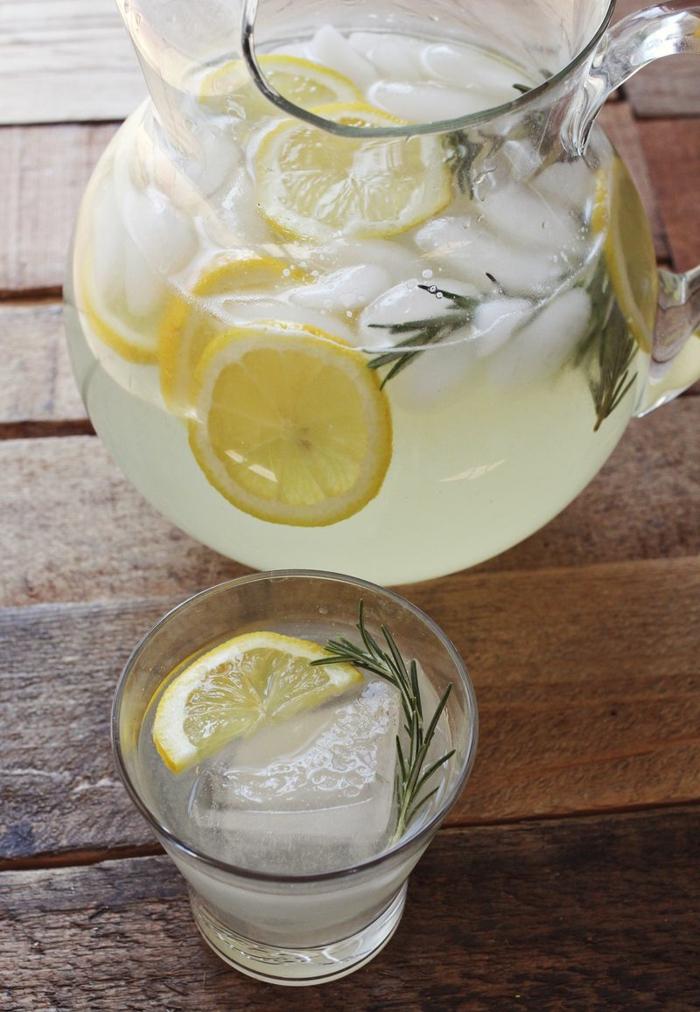 limonade selber machen eiswürfel rosmarin