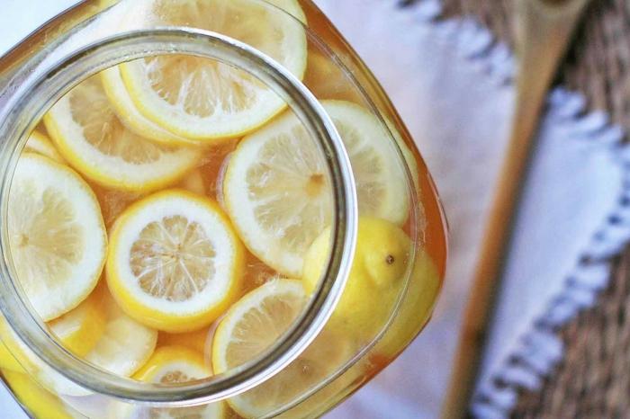 limonade selber machen frische zitronenstücke