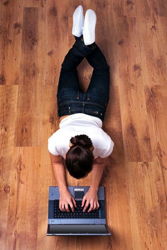 parkettpflege-nützliche-tipps-liegen-auf-dem-holzboden