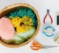 Pompons basteln und damit einen Korb dekorieren