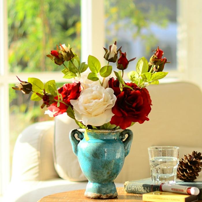 rosen deko keramikvase antikes design rote weiße blüten