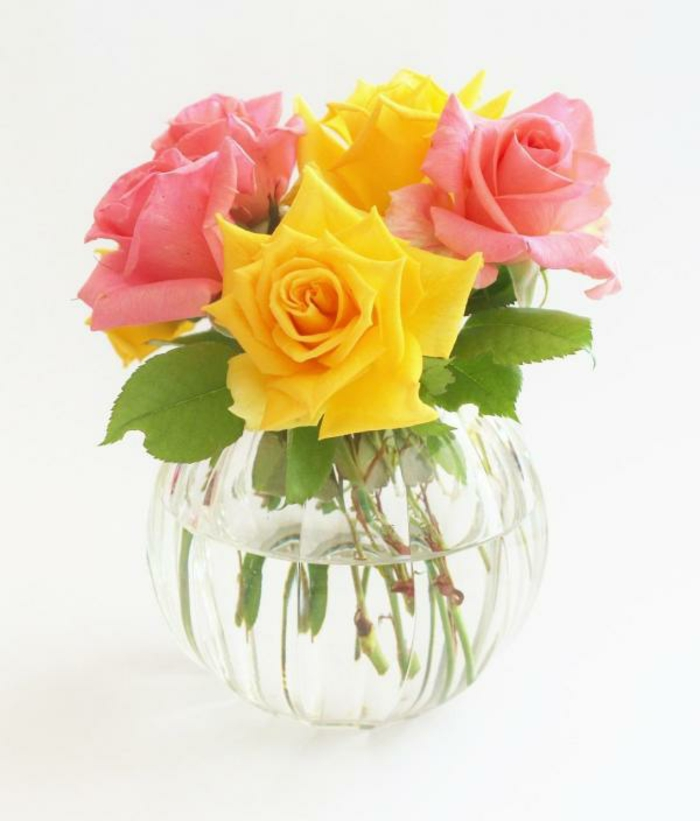 rosen deko rosa gelb schnittblumen glasvase