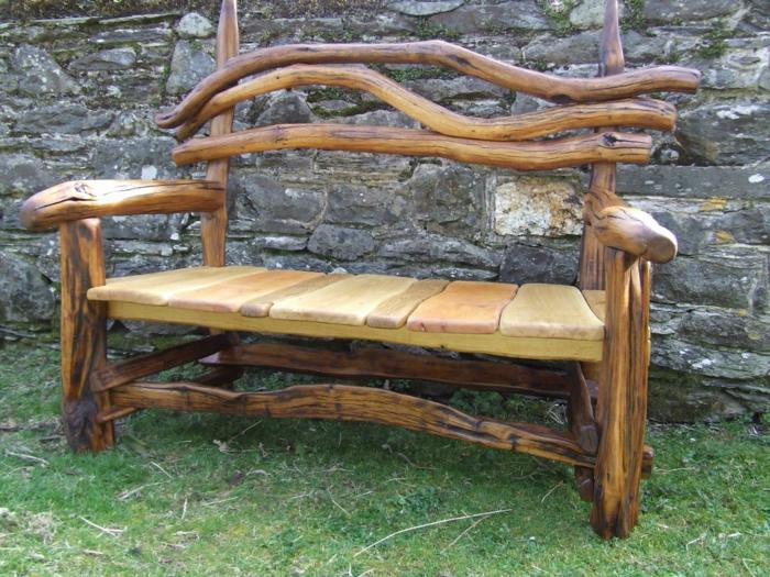 Holzmöbel garten rustikal  Rustikale Gartenbank sorgt für einmaliges Exterieur