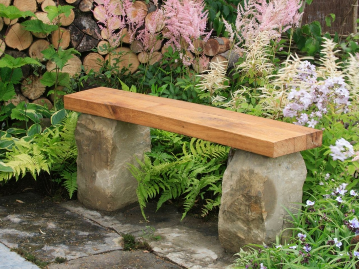 Gartenbank selber bauen stein  Rustikale Gartenbank sorgt für einmaliges Exterieur