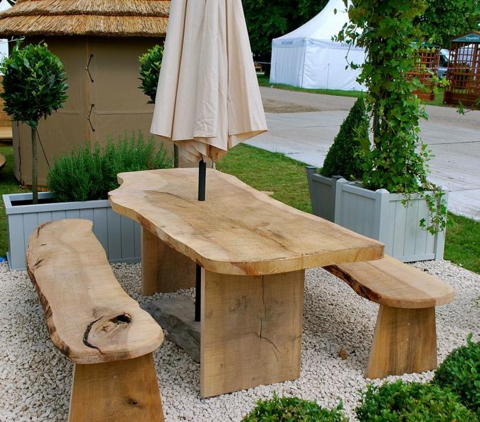 rustikale gartenmöbel kieselsteine sonnenschirm pflanzen