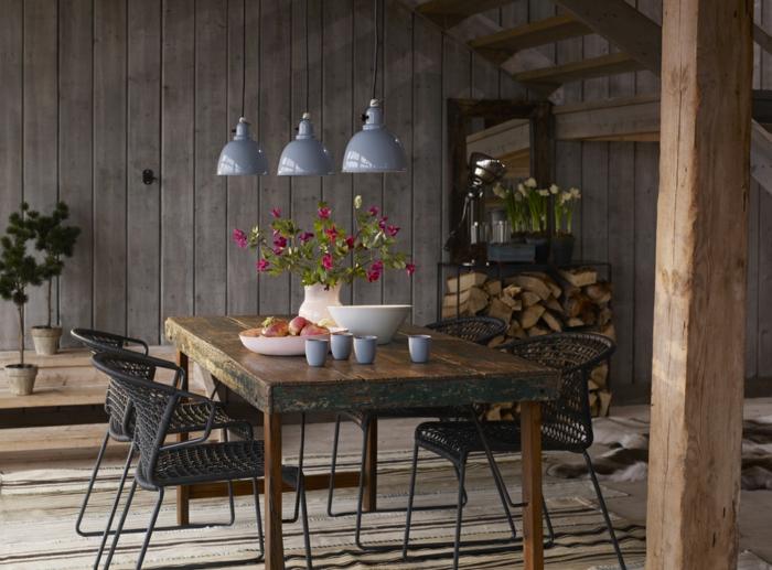 rustikaler esstisch macht die k che zu einem interessanten ort. Black Bedroom Furniture Sets. Home Design Ideas