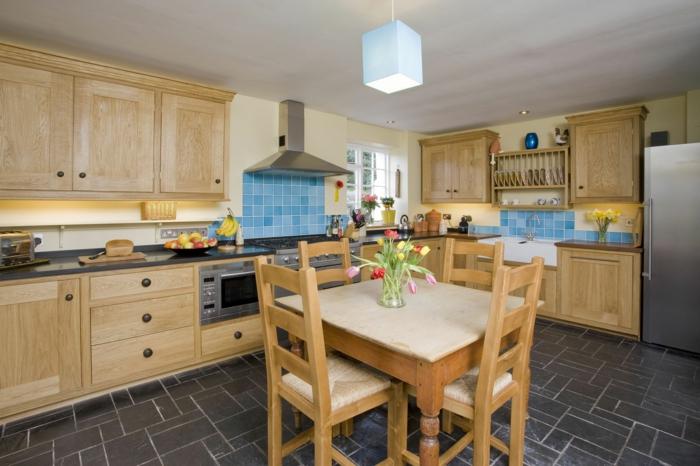 rustikale möbel ländliche küche blaue wandfliesen