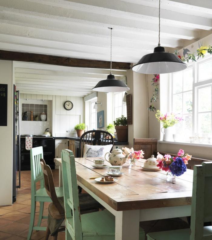 rustikaler esstisch grüne stühle blumendeko offener wohnplan
