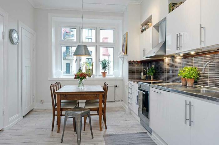 rustikaler esstisch küche einrichten holzboden pflanzen