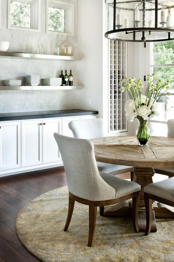 rustikaler esstisch komfortable stühle runder teppich offene regale