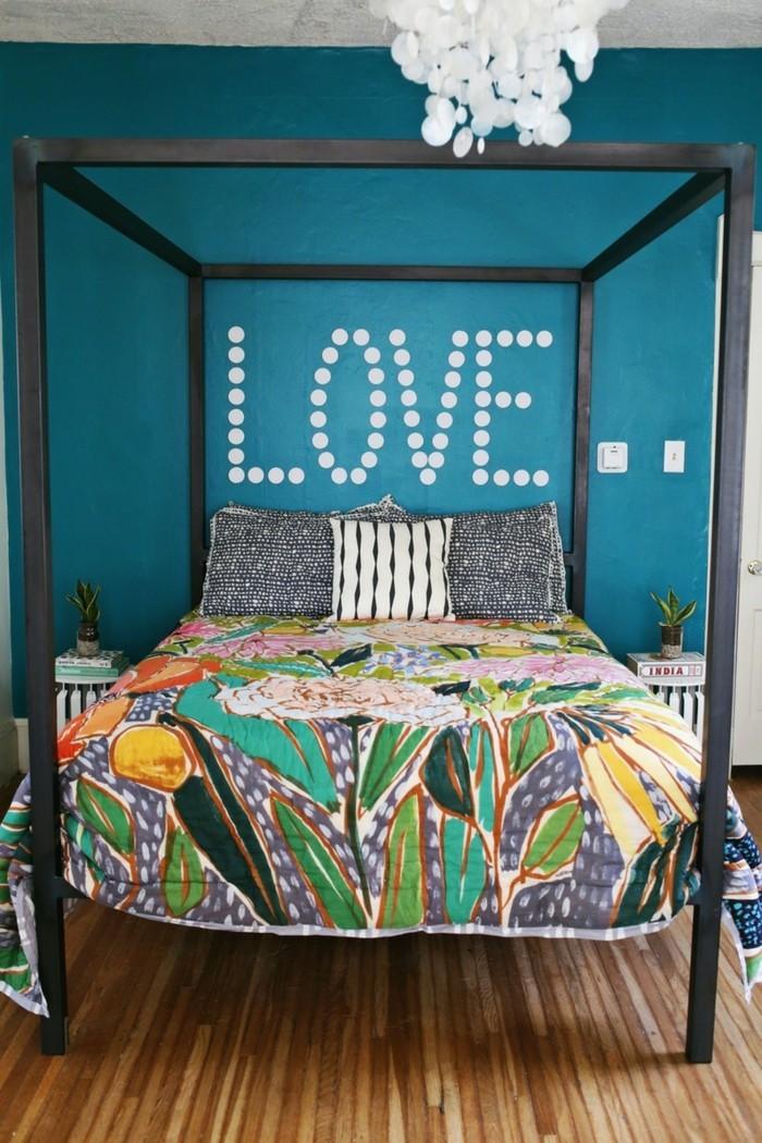 schlafzimmer einrichten bunte bettwäsche und blaue wandfarbe