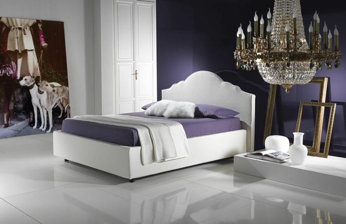 schlafzimmer einrichten ideen spiegel gemälde lila akzente
