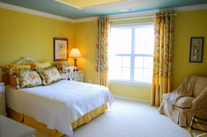 schlafzimmer einrichten in gelb und grün mit weißem teppichboden