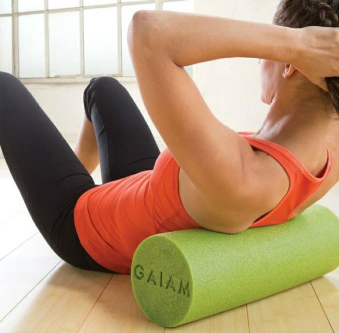 schlanke taille abnehmen tipps übungen mit schaumstoffrolle