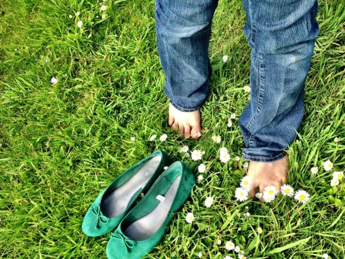 stress abbauen tipps barfuß laufen grass
