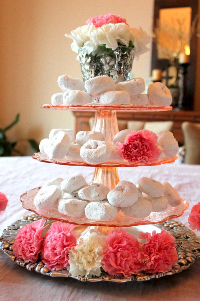 tischdeko tortenständer hausgemachte kekse firsche blumen nelken