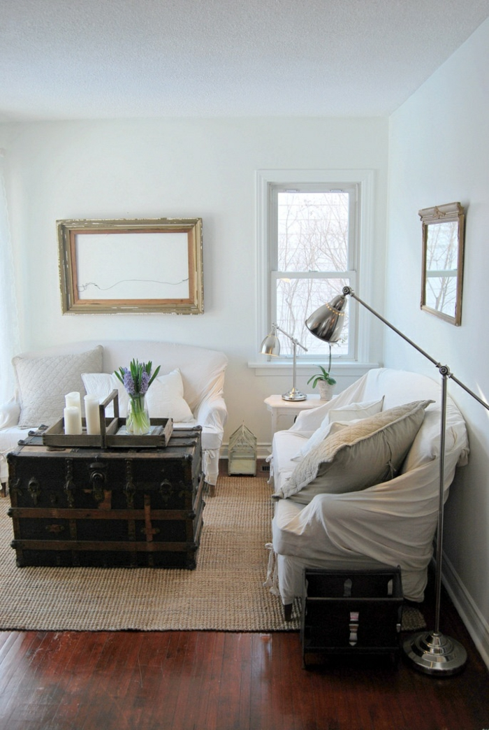 truhe als couchtisch sisalteppich weiße sofas