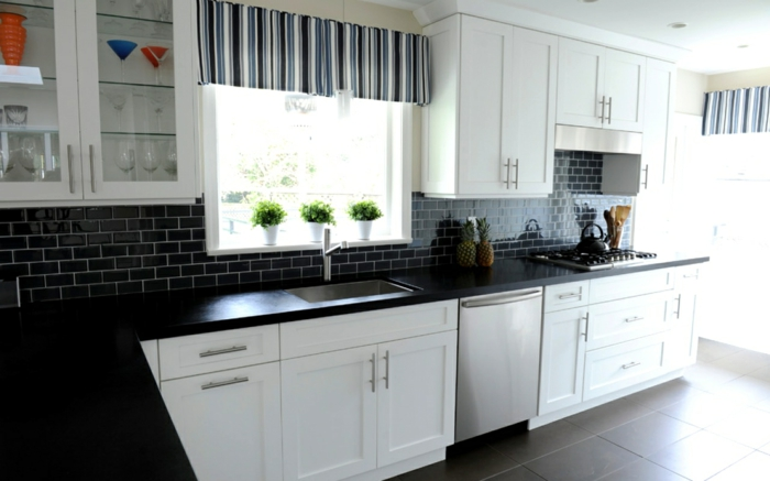 wandgestaltung ideen küche schwarze wandfliesen weiße küchenschränke
