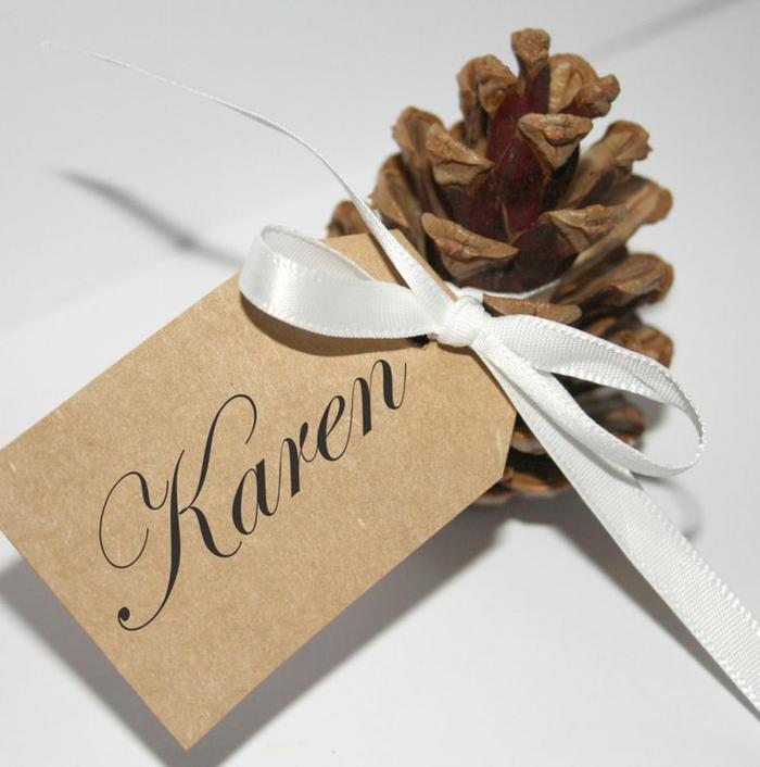 So k nnen sie originelle weihnachtliche tischkarten basteln for Mit tannenzapfen basteln