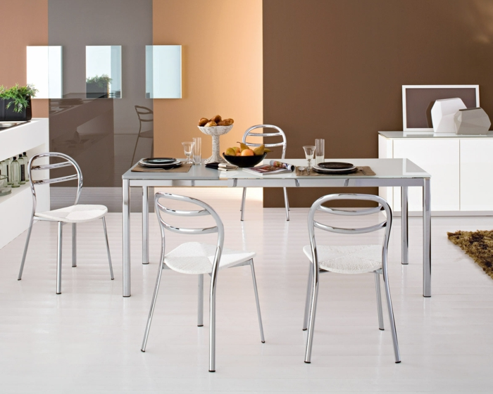 wohnideen küche elegante metallstühle cooler metalltisch heller boden