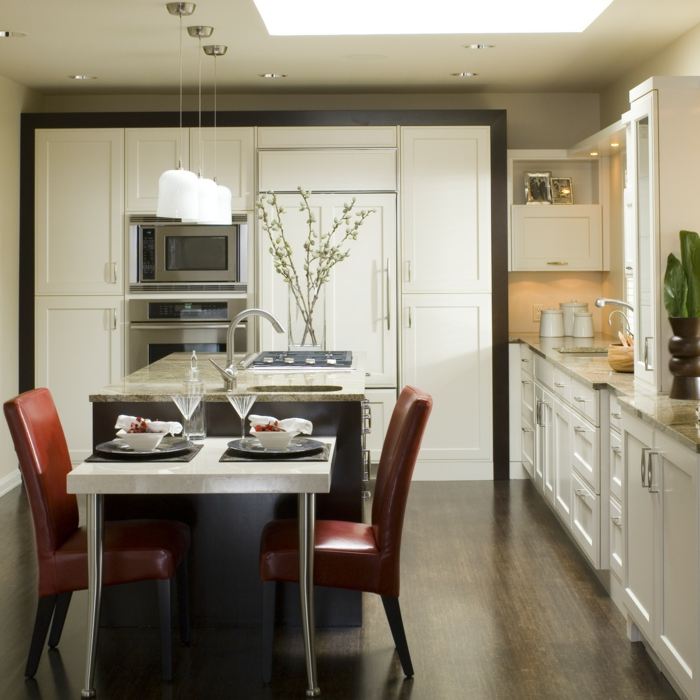 wohnideen küche kücheninsel lederstühle weiße küchenschränke