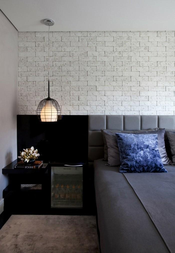 wohnideen schlafzimmer dunkles mobiliar und graue bettwäsche