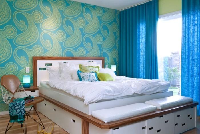 wohnideen schlafzimmer frisches tapetenmuster und bett mit stauraum