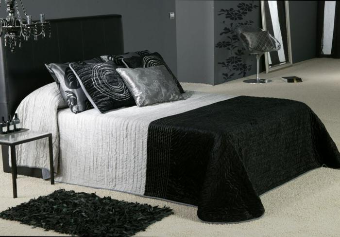 wohnideen schlafzimmer schwarze akzente leuchter dekokissen