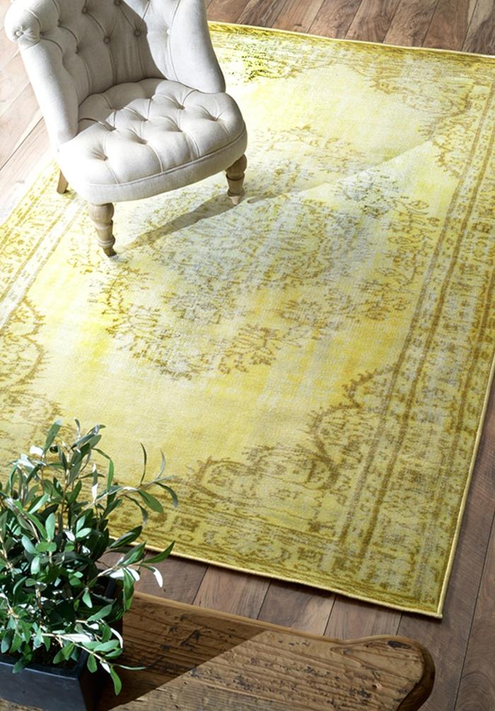 Wohnzimmer Einrichten Tipps Bodenbelag Gelber Teppich Vintage