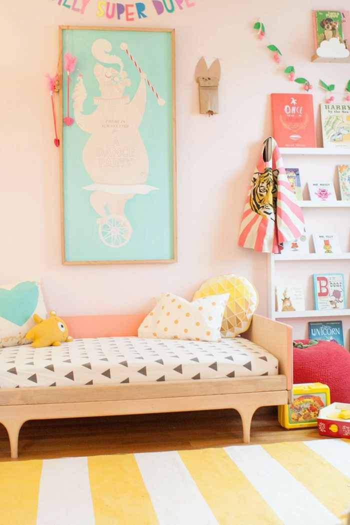 wohnzimmer einrichten tipps bodenbelag teppich gelb weiß streifen