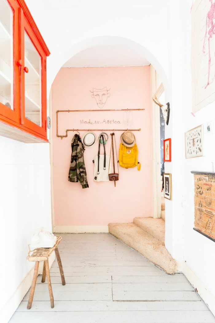 wohnzimmer gestalten farbe wandfarbe rosa weiß flur möbel