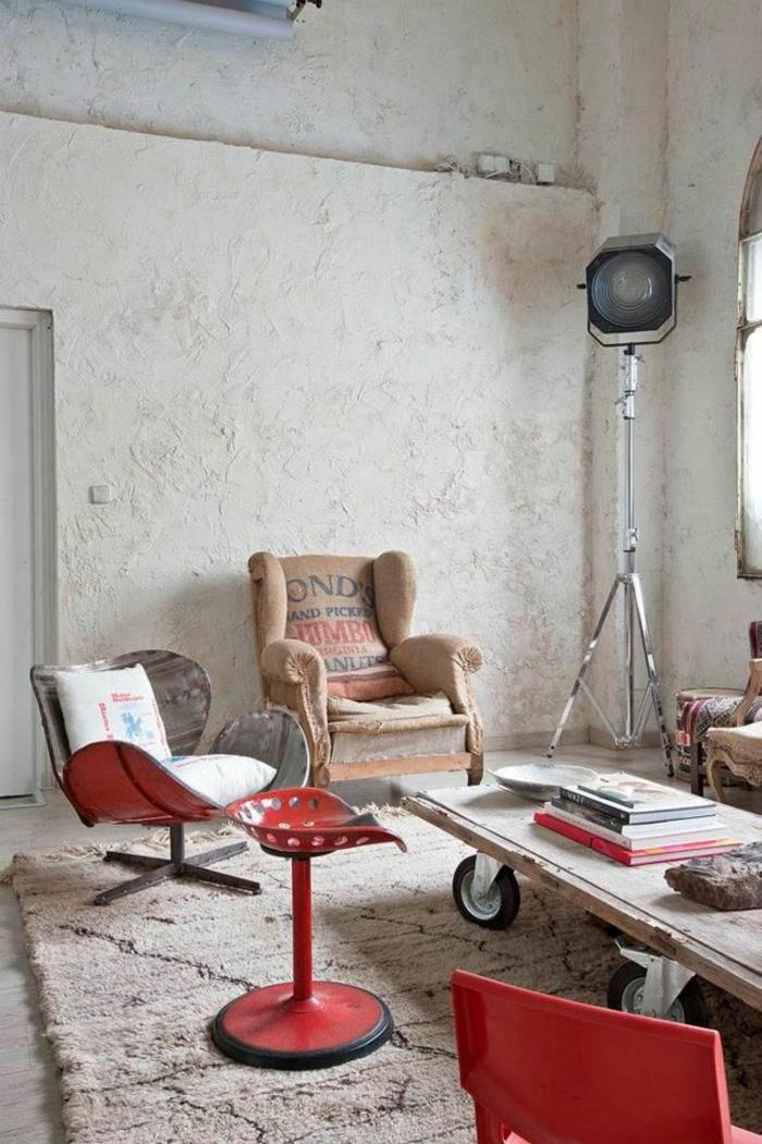 wohnzimmerideen industrieller stil rote akzente beton wandgestaltung