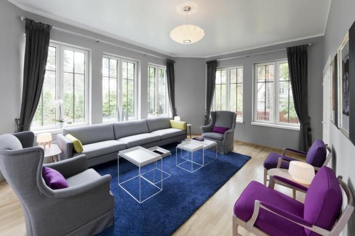 zimmer einrichten beleuchten blauer teppich wohnzimmer graue wände