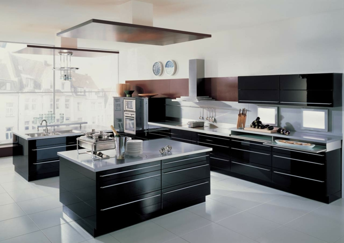 zimmer einrichten schwarze küchenmöbel weiße bodenfliesen helle arbeitsfläche